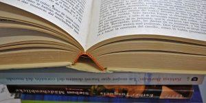 Stapel romanistischer Bücher, aufgeschlagen: Don Quijote, Foto: Universität Osnabrück / Elena Scholz (Bilddatenbank UOS/KM)